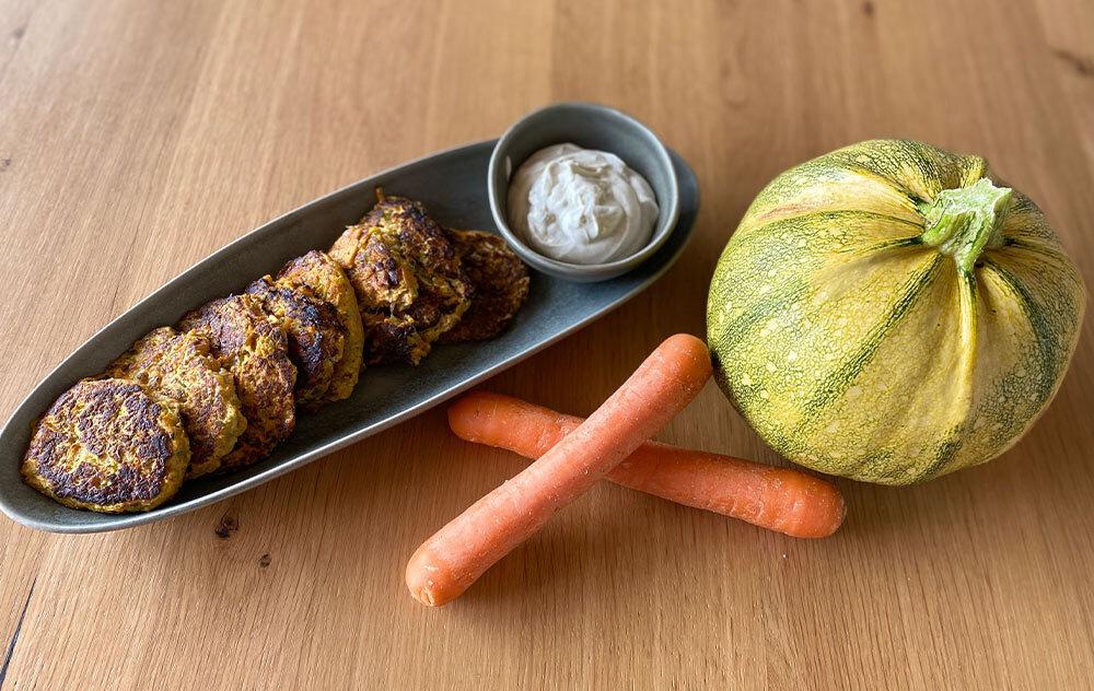 for you Rezept: Zucchini-Karotten Puffer mit Wildkräuter Quark