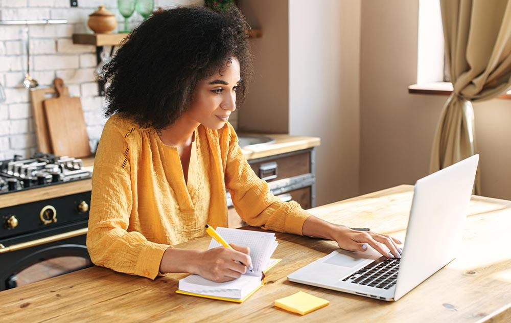 Mikrobiomanalyse: Frau vor Laptop
