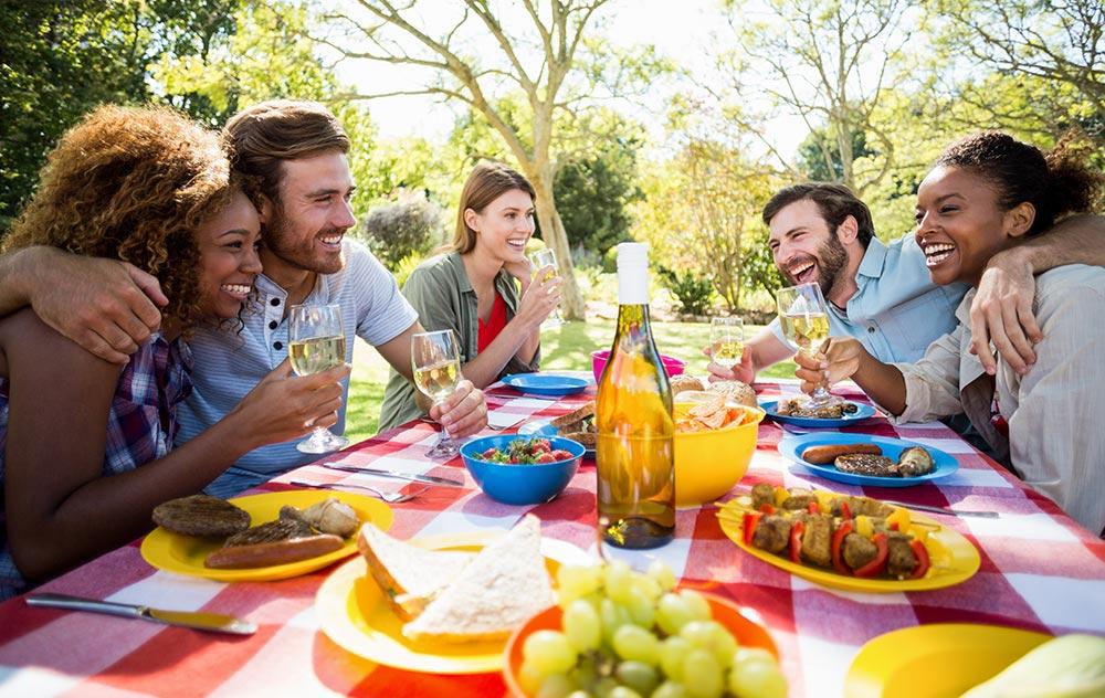 Verdauungsenzyme: Menschen beim Essen