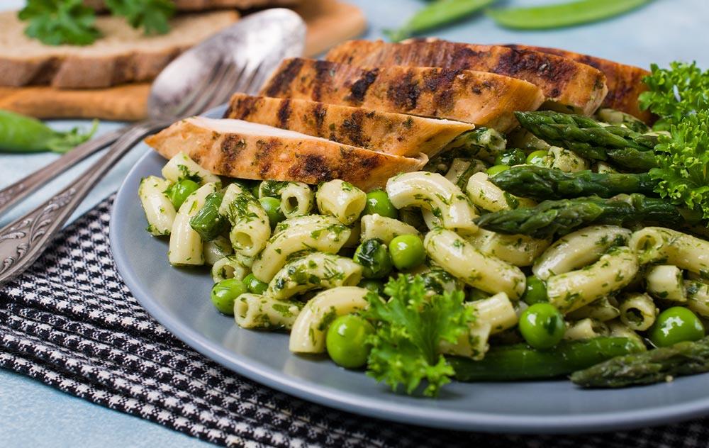 gesunde-rezepte-nudel-bohnen-salat-mit-loewenzahn